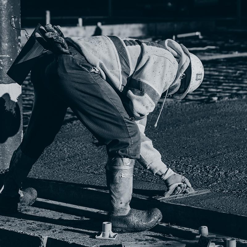 Mann legger sement, Weber Sveriges produksjon