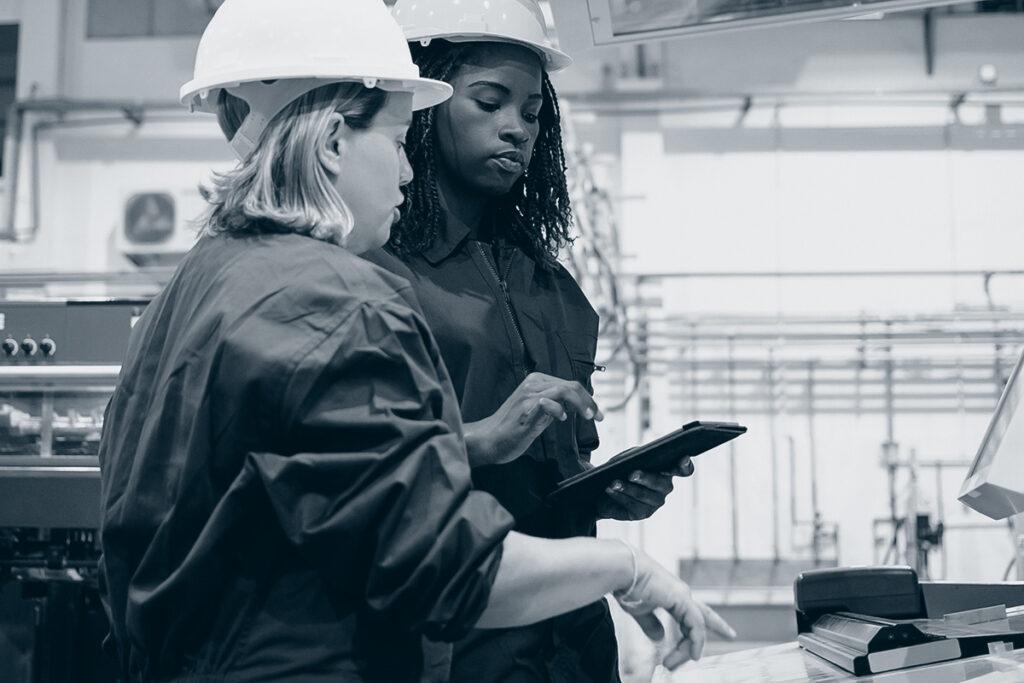 To kvinner på jobb i fabrikk.