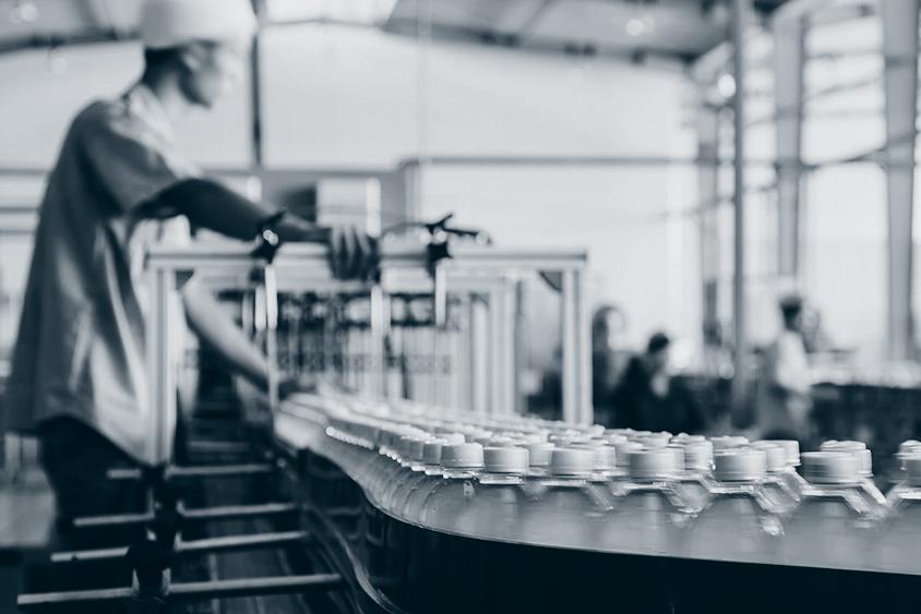 Produksjon: Flasker på samlebånd.