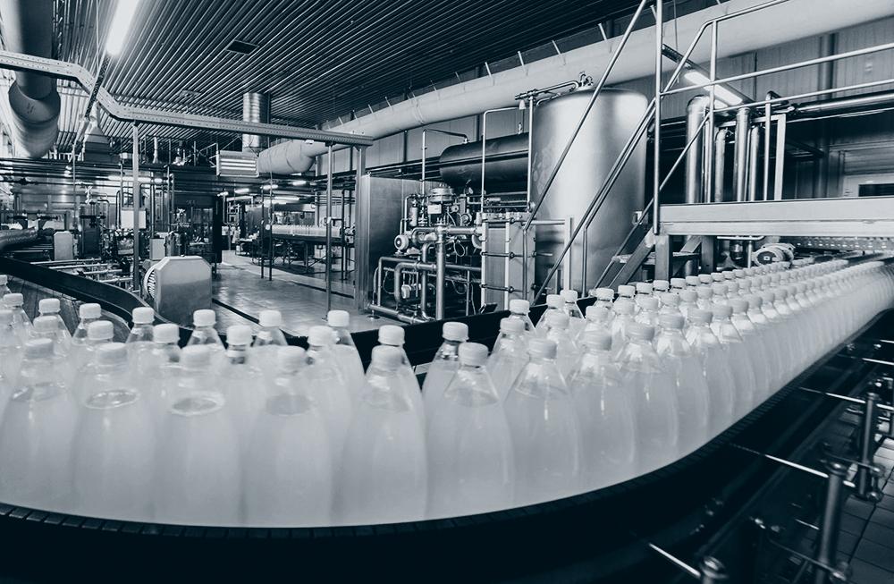 Flasker på samlebånd. MES brukes ofte i næringsmiddelproduksjon.