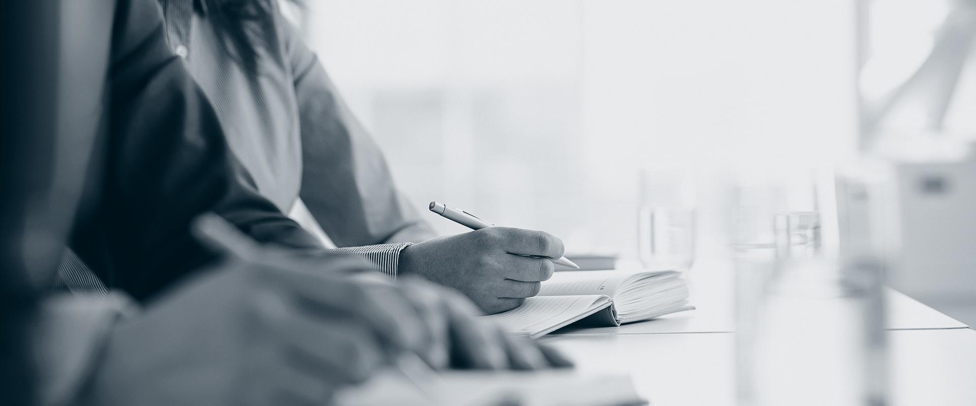 Personer skriver under kurs og opplæring.