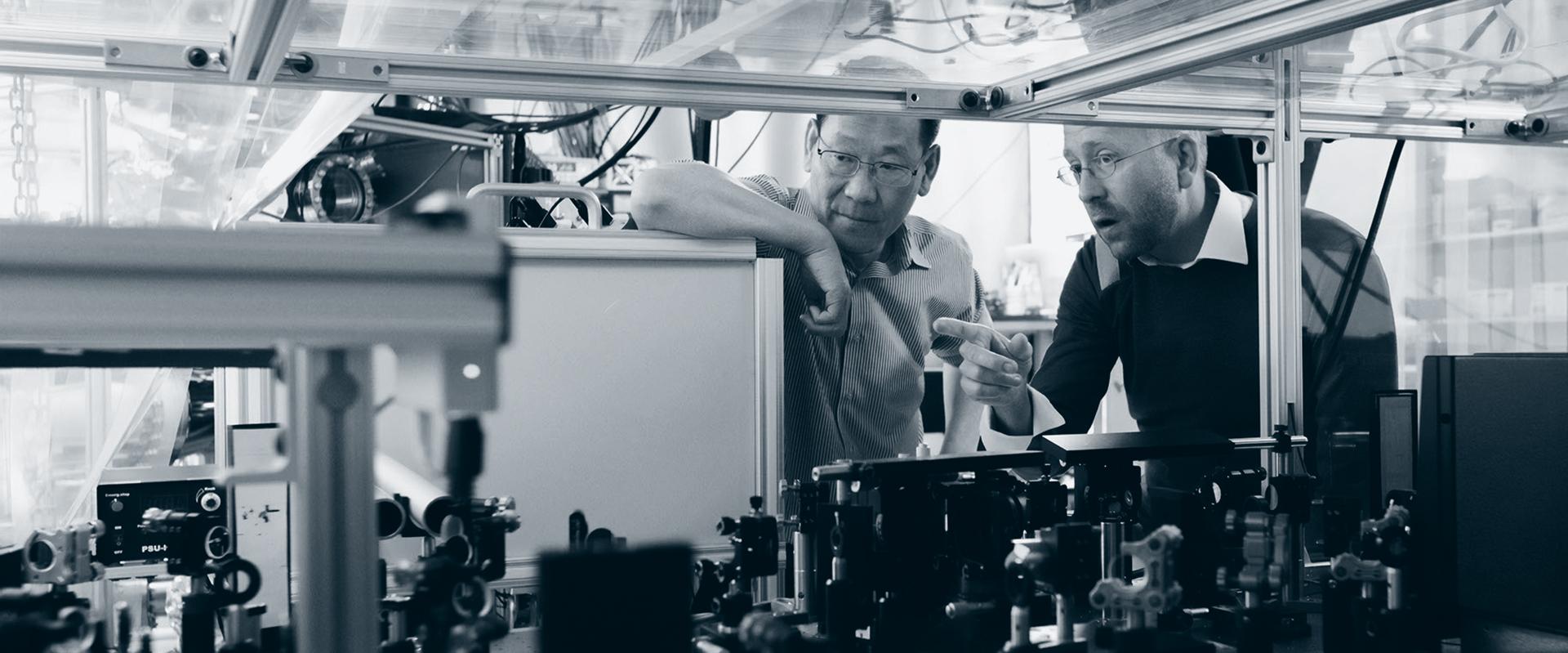 To menn ser på maskiner og koblinger.